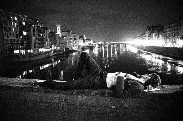 Під ліхтарем нічного міста...