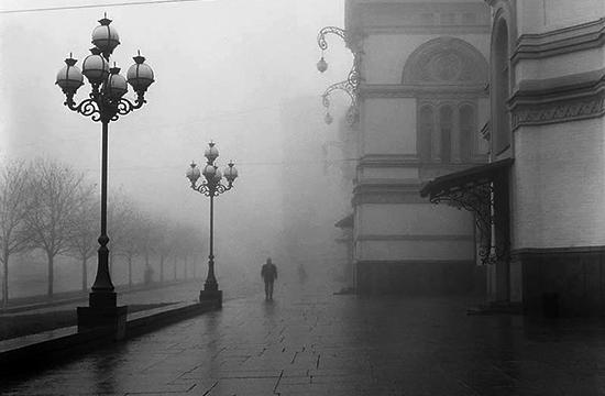 Між сірих вулиць втомлених гримас
