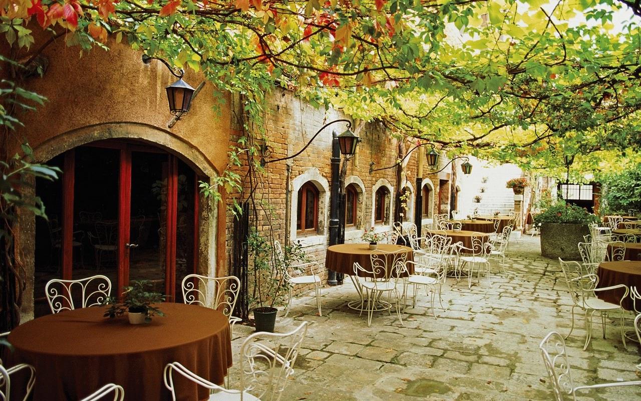 Кафе на розі незнайомих вулиць.