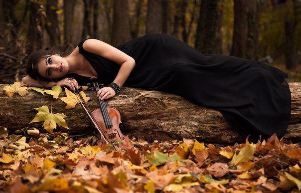 Кленове листя падало до ніг