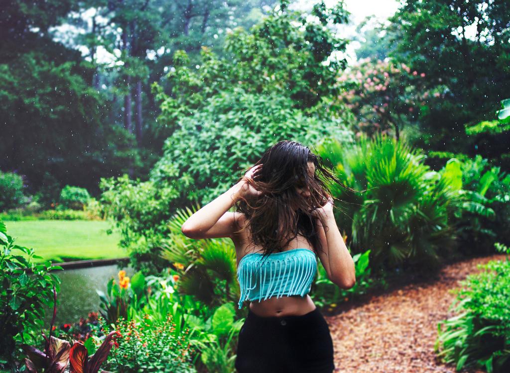 Дівчина під дощем