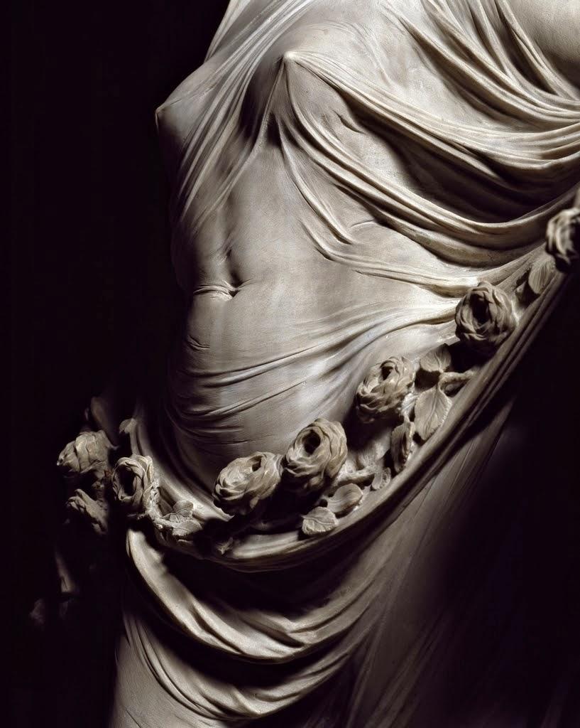 Сукня падає з пліч і ключиці твої горять.
