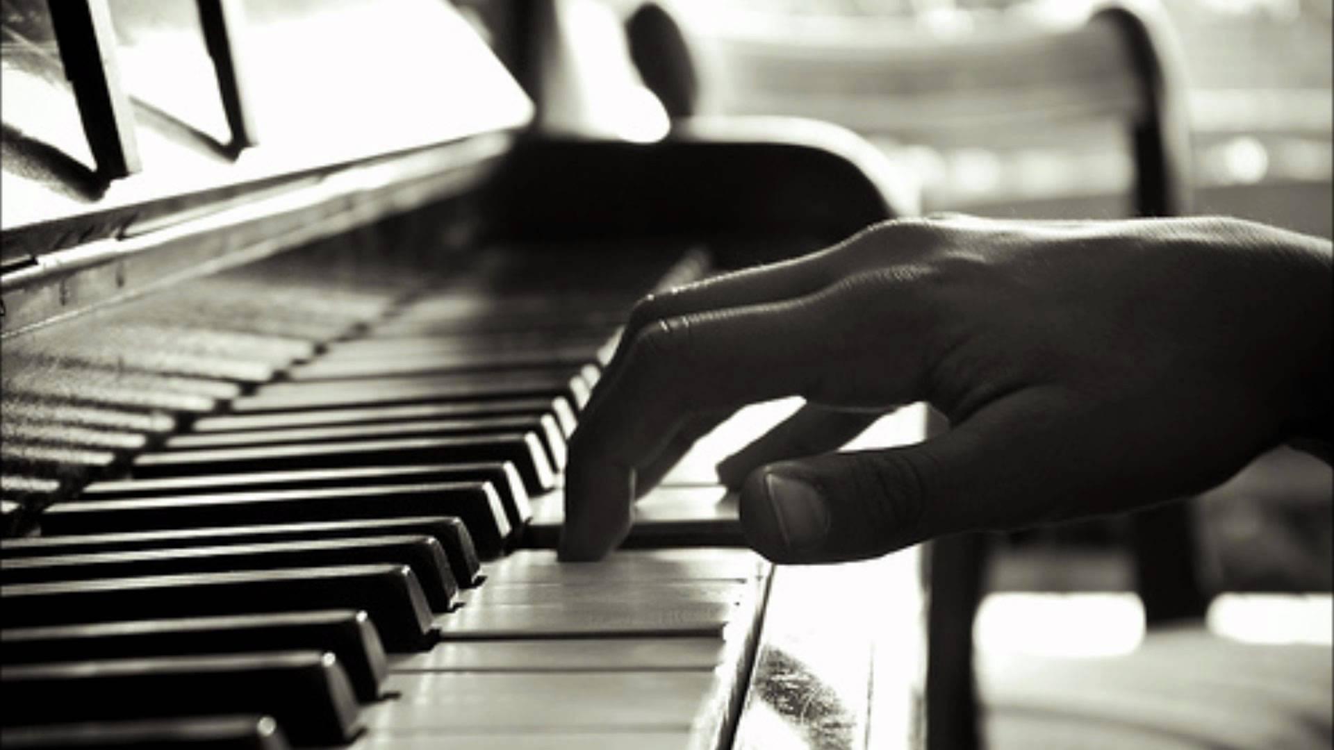 Краплини дощу падають на клавіші фортепіано