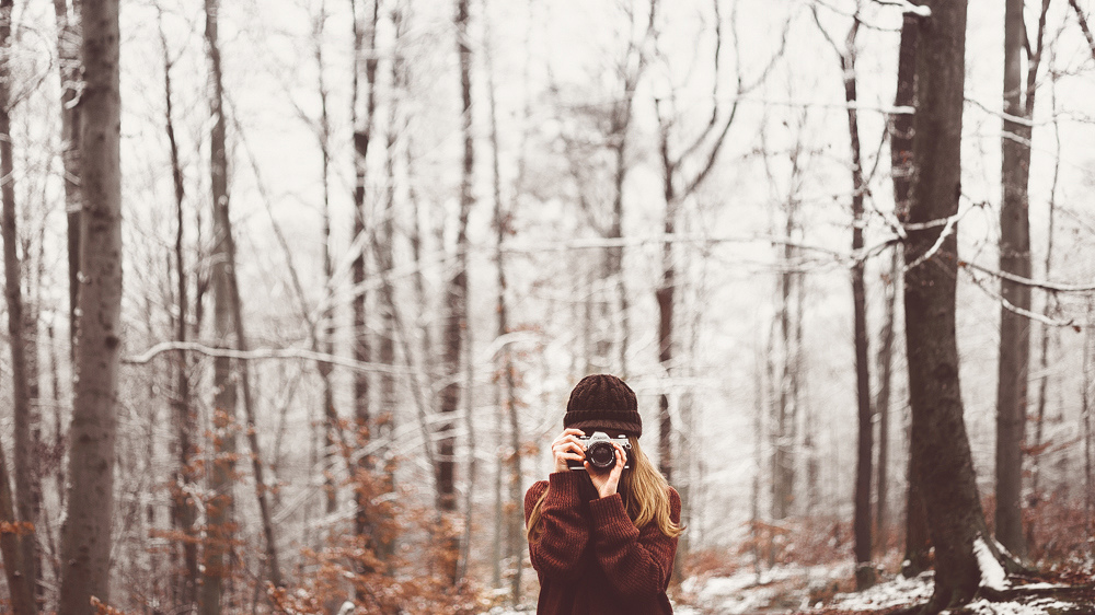 Ця жінка, яка фотографує дерева січня...